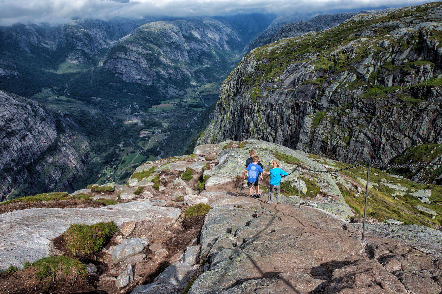 Hiking Kjeragbolten